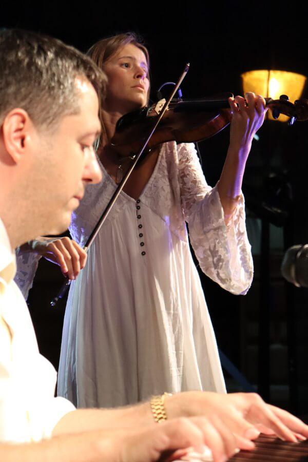 Bielo-čierny koncert: vystúpenie klavíristu Petra Zbranka a huslistky Victorie Linnen